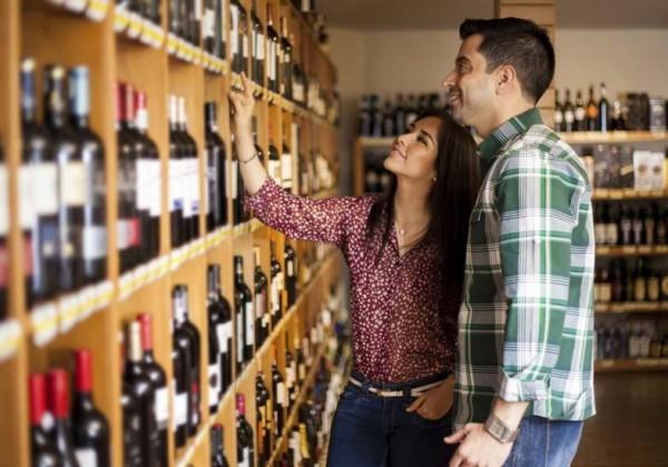 casal-comprando-vinho